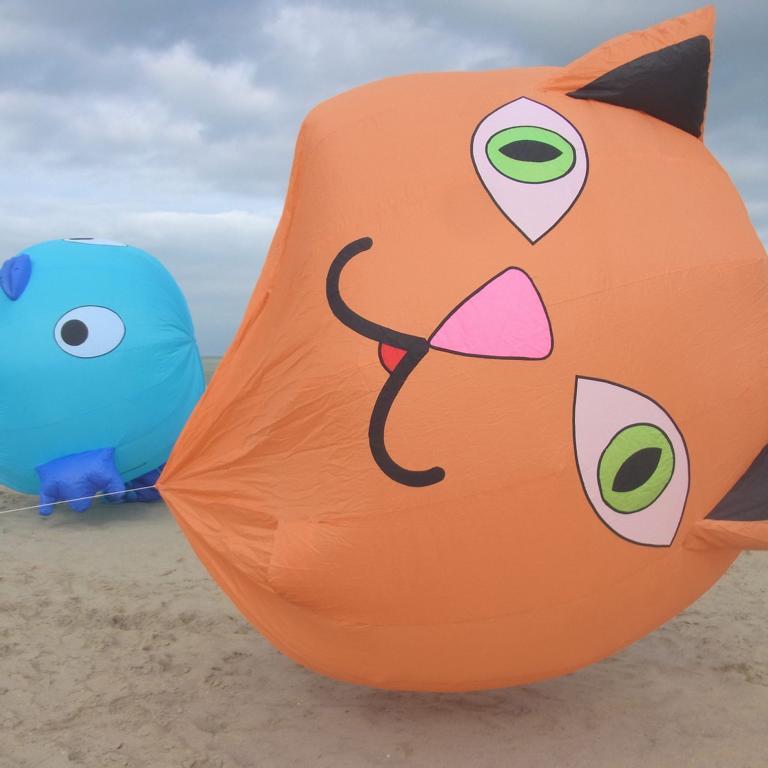 Fliegende Monster am Strand: Sommer-Drachenflieger-Festival