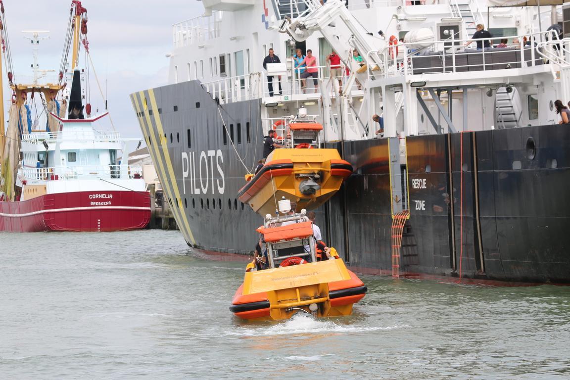 Rettungs-Demonstration des Lotsenschiffes im Hafen Breskens