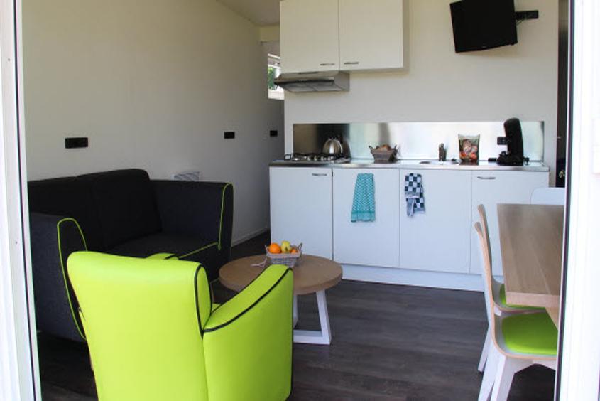 """Offene Küche und Wohn-/Essbereich: Ferienhäuschen """"Zomerzon"""" im Molecaten Park Hoogduin Cadzand-Bad"""