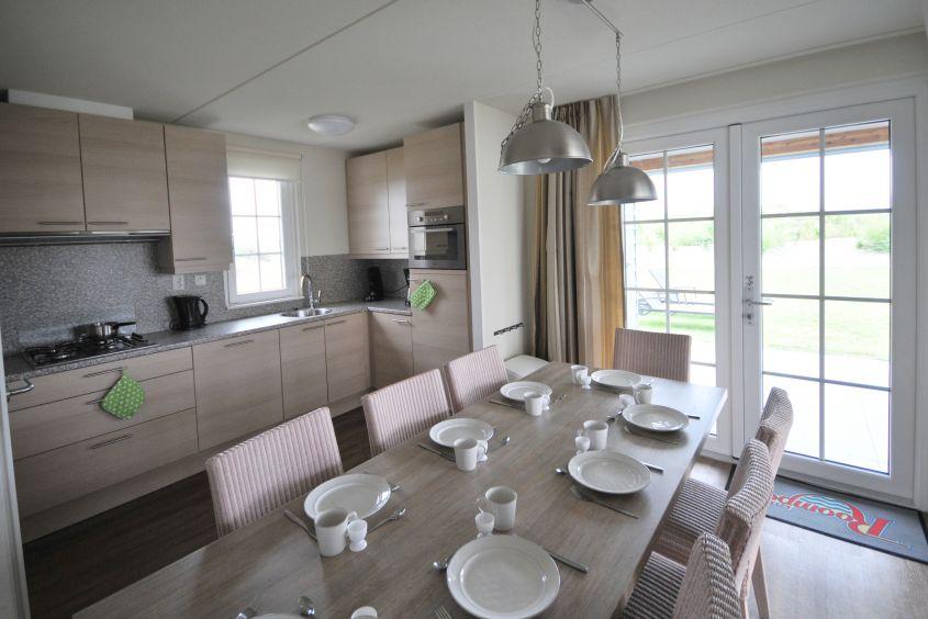 """Großzügiges Wohn-/Ess-Zimmer für 2 Familien a 4 Personen: Ferienhaus Typ CAL8B in der """"Noordzee Residence Cadzand-Bad"""""""