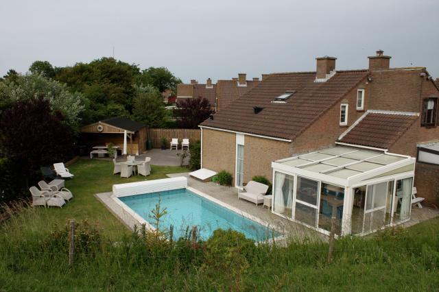 Cooler Pool und Outoor-Küche im Ferienhaus im