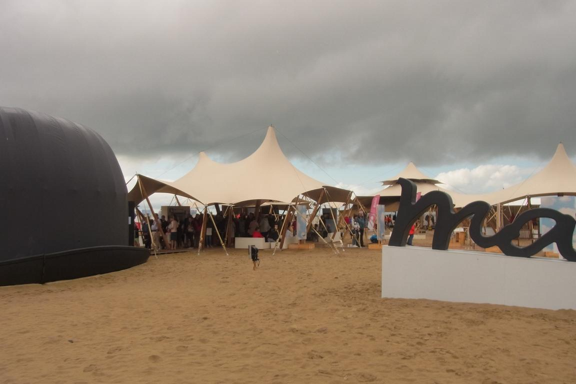 Magritte-Ausstellung am Strand von Knokke-Heist