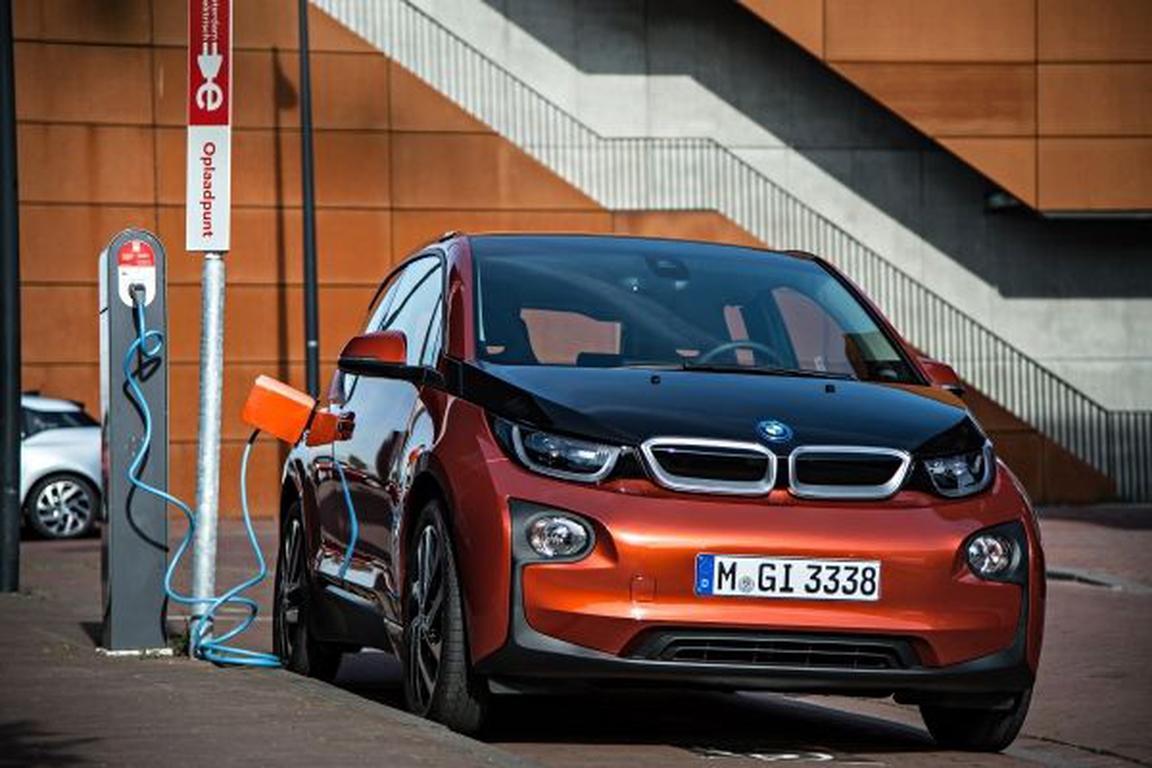 BMW i3 an der Stromtankstelle
