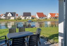 Villa mit Anlegestelle und Ruderboot in der Noordzee Residence Cadzand-Bad