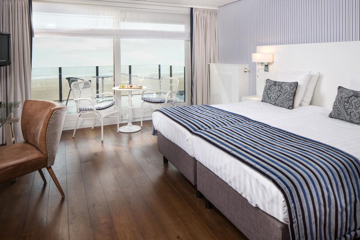 Top-Blick vom Superior-Doppelzimmer mit Seesicht: Komfort und Luxus im Hotel de Blanke Top Cadzand-Bad