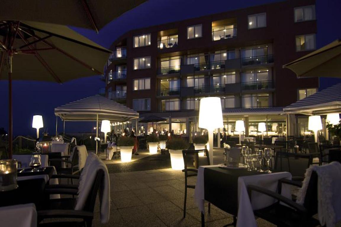 """Hotel """"de Wielingen"""" in Cadzand-Bad bei Abendstimmung"""