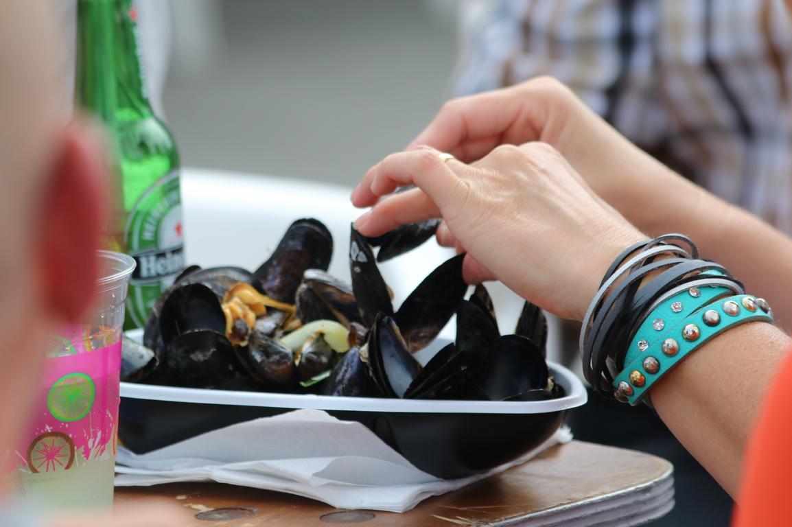 Muscheln kann man überall essen - das Besteck liefert die Natur