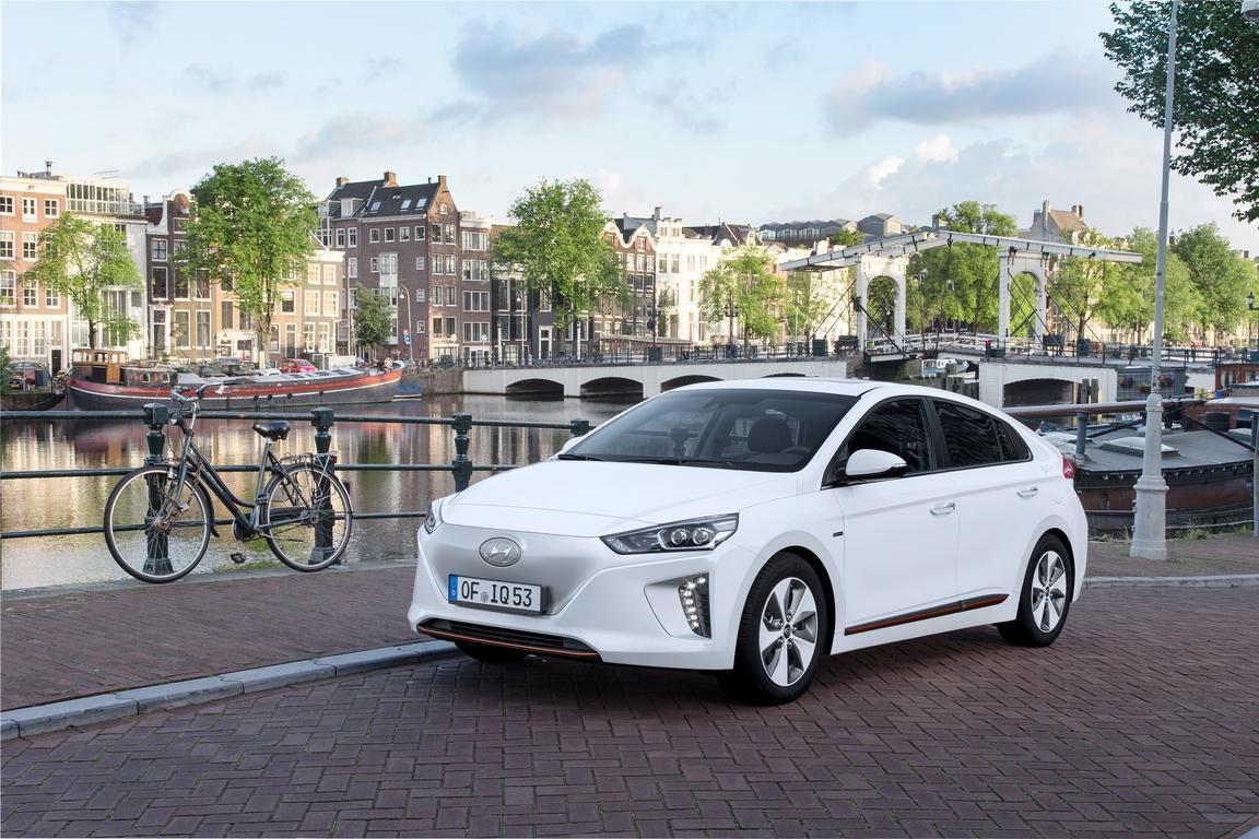 Hyundai Ioniq an der niederländischen Küste